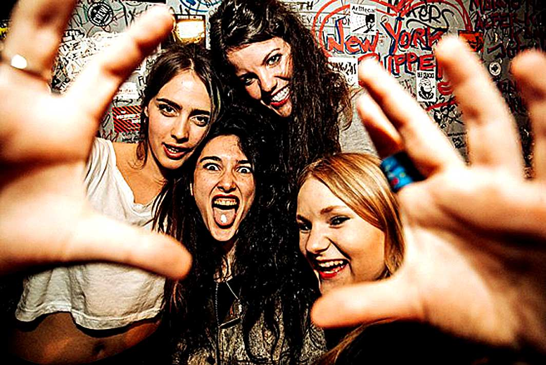 Hinds – Live At Festival SOS 4.8 – 2015 – Nights At The Roundtable: Rock Without Borders/Festival Edition